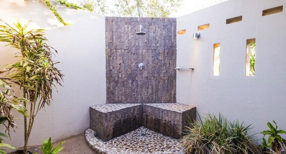 Am Lodge outdoor shower